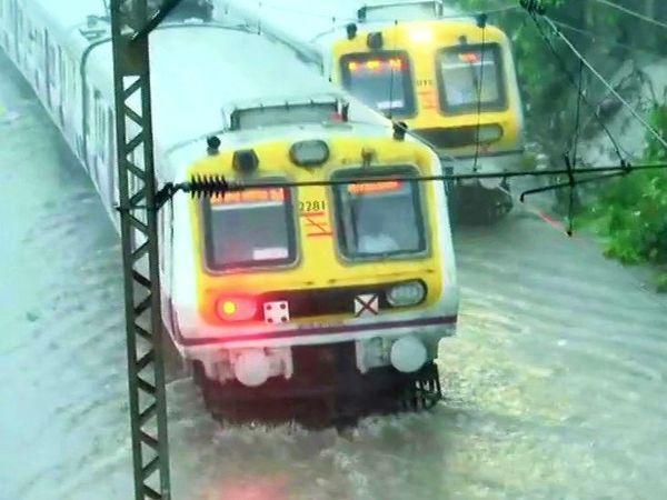 ભારે વરસાદને કારણે મુંબઈમાં લોકલ ટ્રેન સેવાને કુર્લાથી CSMT સ્ટેશન વચ્ચે રોકી દેવામાં આવી છે.