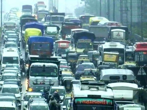 ભારે વરસાદને કારણે મુંબઈના રસ્તા પર ટ્રાફિકજામ, પાણી ભરાઈ જવાને કારણે ઘણી ગાડીઓ ફસાઈ.