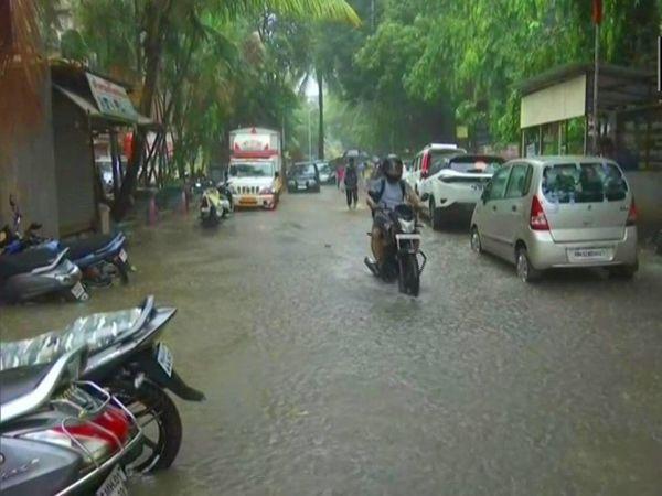 મુંબઈના કિંગ સર્કલ વિસ્તારમાં પાણી ભરાઈ ગયાં છે.