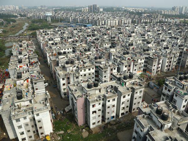 આવાસ બનાવવા પાલિકાએ ગુજરાત હાઉસિંગ બોર્ડ પાસેથી જમીન લીધી હતી પરંતુ બાંધકામ કરતી વખતે ખાનગી જગ્યામાં પણ આવાસ તાણી દીધા હતા. - Divya Bhaskar
