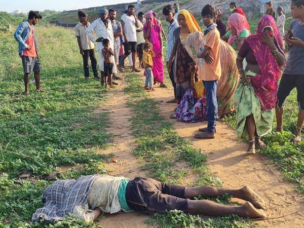 લાશ મળતાં ઘટના સ્થળે લોકો દોડી આવ્યા - Divya Bhaskar