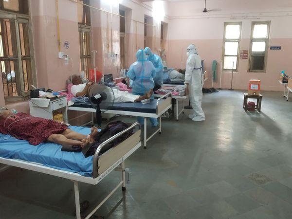 હોસ્પિટલમાં સારવાર લઈ રહેલા દર્દીઓ - Divya Bhaskar
