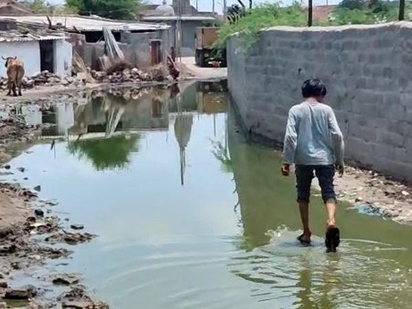 થાન વોર્ડ નં.2 વિસ્તારના લોકો પાલિકા કચેરીએ ગંદા પાણીના નિકાલ બાબતે રજૂઆત કરવા ધસી ગયા હતા. - Divya Bhaskar