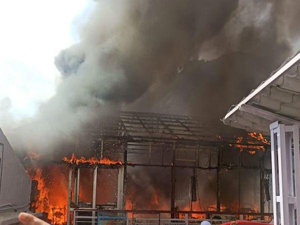 કાલિકા ભવન પાસેના કાઉન્ટર નજીક સાંજે ભીષણ આગ લાગી હતી. જો કે કોઈ જાનહાની થઈ નહોતી.