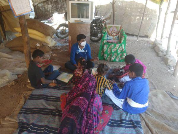 નેશ વિસ્તારમાં શિક્ષણ આપતા શિક્ષકો - Divya Bhaskar