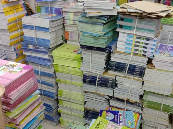 સૌરાષ્ટ્રમાં 4 હજાર દુકાનોમાં પાઠ્યપુસ્તકોનો મોટો જથ્થો હાલ વેપારીઓ પાસે જે તે સ્થિતિમાં જ પડ્યો છે. - Divya Bhaskar