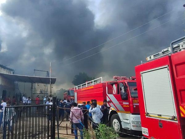 ગોડાઉનમાં લાગેલી આગ એટલી ભયંકર હતી કે, અમદાવાદથી ફાયરને બોલાવાની ફરજ પડી હતી. - Divya Bhaskar