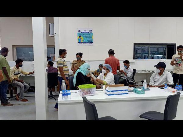 બુધવારના રોજ થી મકરપુરા GIDCમાં કંપનીમાં જઈને કર્મચારીઓને રસીકરણ શરૂ કરવામાં આવ્યું હતું. - Divya Bhaskar