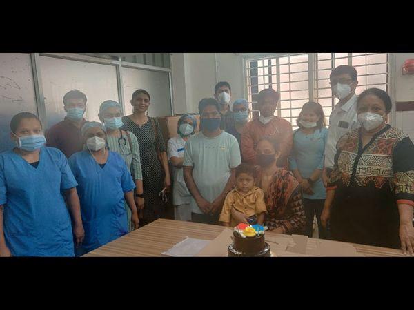 એસએસજીમાં પીડિયાટ્રિક વોર્ડમાં બે મહિને બાળકને કેક કાપી ડિસ્ચાર્જ આપ્યો હતો. - Divya Bhaskar
