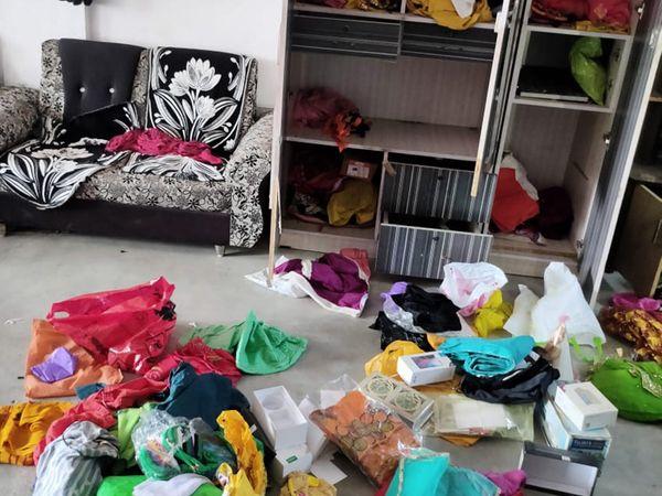 તસ્કરોએ ઘરનો સામાન વેરવિખેર કર્યો હતો. - Divya Bhaskar