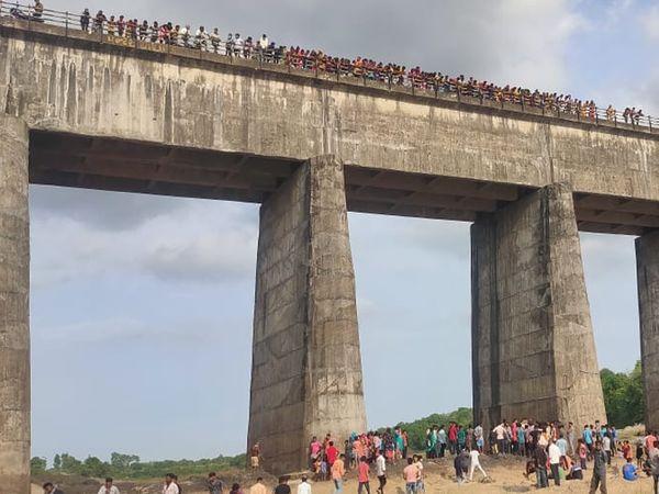 ઘટનાની જાણ થતાં વેલણપુરના પુલ પર લોકોના ટોળેટોળા ઉમટ્યા - Divya Bhaskar