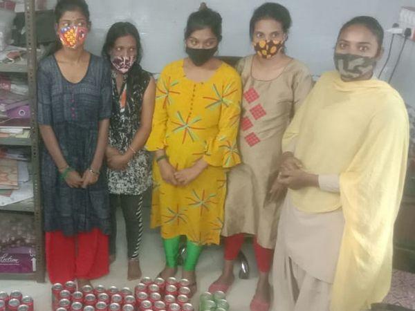 ડાબેથી ચારેય યુવતીઓ અને મહિલા પોલીસ(જમણી બાજથી પહેલા) - Divya Bhaskar