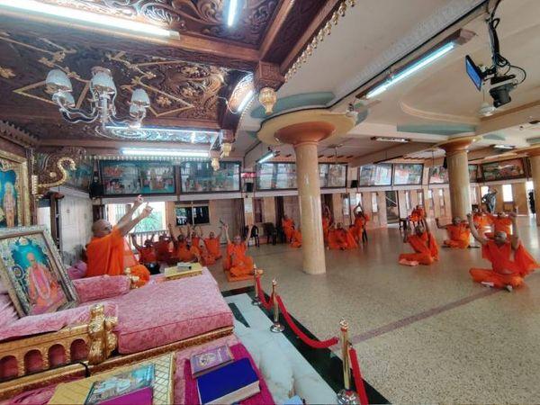 સ્વામીબાપાએ સદ્ગુરુ દિનની સત્સંગ સભા અને દિવ્ય સમૂહ રાસનું આયોજન કર્યું હતું