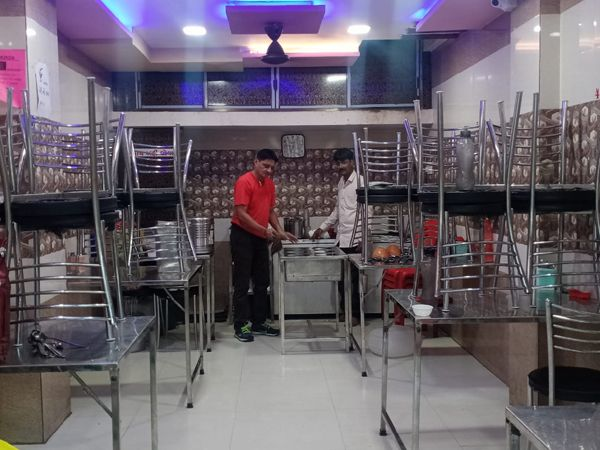 સુરેન્દ્રનગરમાં આજથી ખાણીપીણીની બજારો ખુલ્લી રાખવાની છૂટ મળતાં ટેબલ- ખુરશી ગોઠવવામાં આવ્યા હતા. - Divya Bhaskar