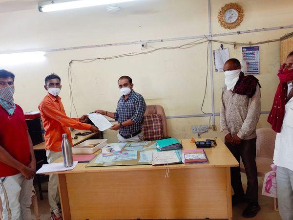 લખતર તાલુકાના ખેડૂતોએ ટેકાના ભાવે ઘઉં ખરીદી અંગે મામલતદારને આવેદન પાઠવ્યું. - Divya Bhaskar