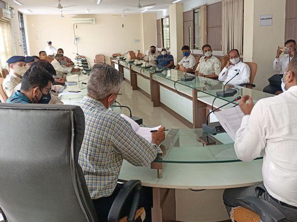 સરકારી કર્મીઓ, વેપારીઓ વચ્ચે બેઠક. - Divya Bhaskar