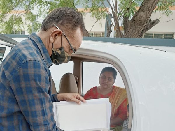 શિક્ષક ની ભરતીમાં પગે ઇજા સાથે ડોકયુમેન્ટ વેરીફિકેસન માટે આવેલા શિક્ષિકાની ગાડીએ જઇને કાર્યવાહી પૂરી કરી. - Divya Bhaskar