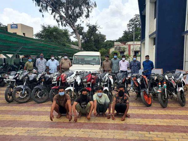 પોલીસના હાથે ઝડપાઇ ગયેલા બાઇકોની ચોરી કરનારા યુવાનો તેમજ ચોરેલી બાઇક અને બોલેરો કાર. - Divya Bhaskar