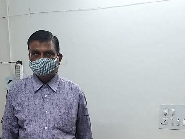પોલીસે પકડેલો બોગસ તબીબ. - Divya Bhaskar