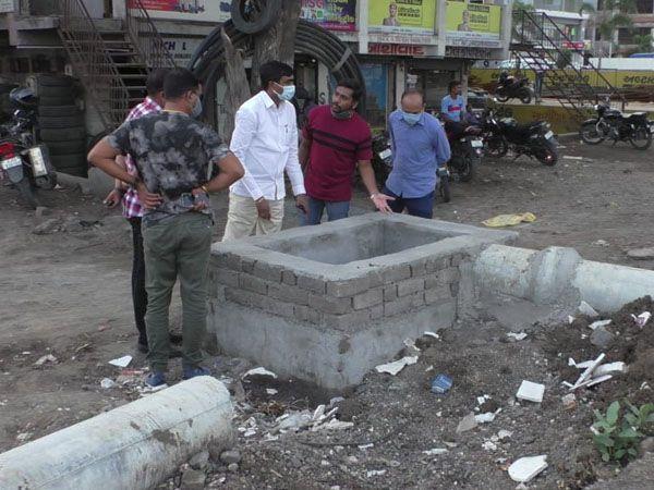 કડોદરા સરગમ કોમ્પ્લેક્ષમાં ગટરના પાણીના ભરાવા મુદ્દે જિલ્લા પંચાયત પ્રમુખે મુલાકાત કરી સમસ્યાના નિવારણ માટે અધિકારીઓ અને રાજકીય અગ્રણીઓ સાથે સમીક્ષા કરી હતી. - Divya Bhaskar