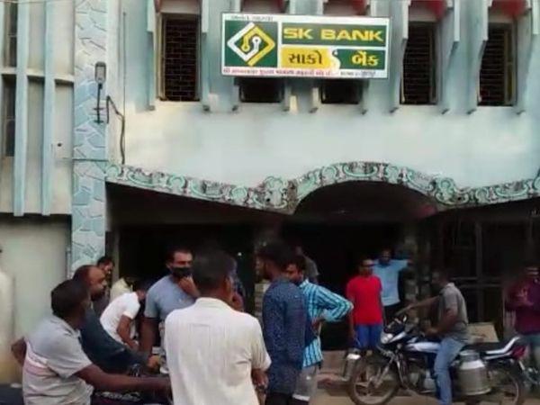 ગુરૂવાર સવારે પશુપાલકો મંડળી આગળ ભેગા થઇ ગયા હતા - Divya Bhaskar