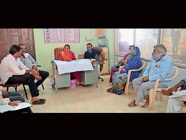 સરપંચ કંકુબેનના અધ્યક્ષસ્થાને મળેલી બેઠકનું દ્ર્શ્ય. - Divya Bhaskar