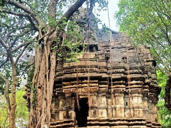 સોમનાથ સાંનિઘ્યે અાવેલ જર્જરીત સુર્ય મંદિર - Divya Bhaskar
