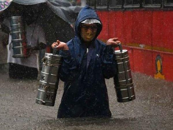 ધોધમાર વરસાદ વચ્ચે ઘુંટણસમા પાણી વચ્ચે જન જીવનને ભારે હાલાકીનો સામનો કરવો પડ્યો