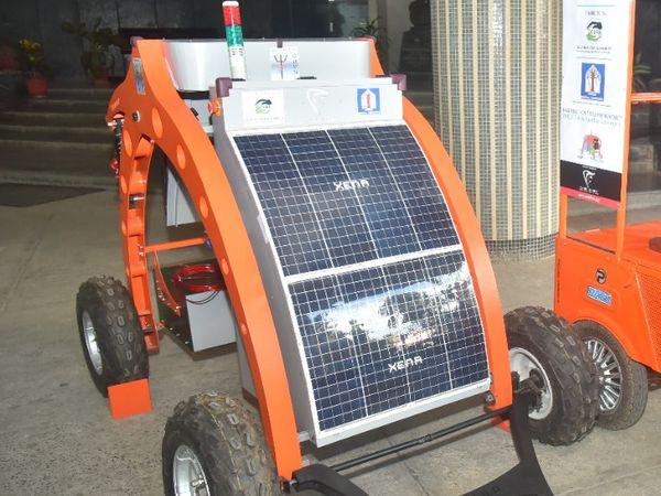 મશીનરી સૌર ઊર્જા સંચાલિત બેટરી ક કેમેરાથી સંજ્ છેા છે.