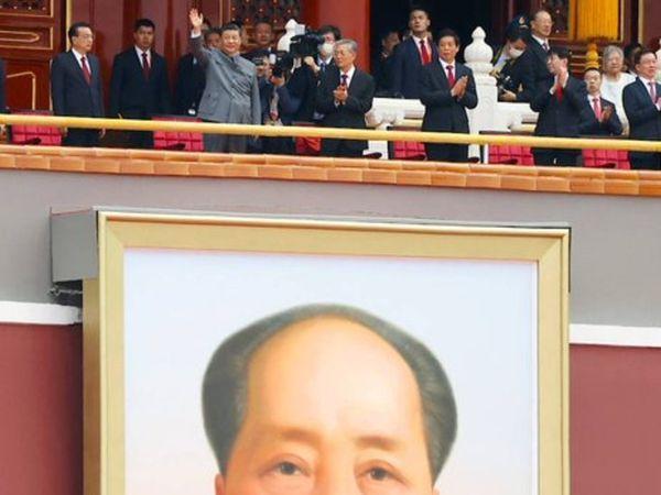 माओत्से तुंग का एक बड़ा चित्र चीनी राष्ट्रपति शी जिनपिंग के मंच के सामने लटका हुआ था।
