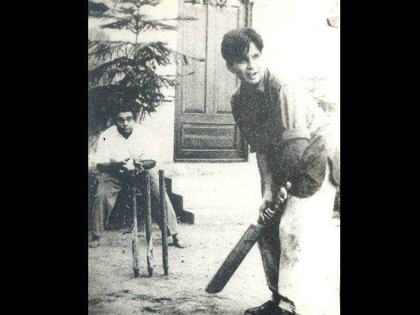 शूटिंग से समय निकालकर दिलीप साहब क्रिकेट खेल रहे थे।  फोटो में अभिनेता मुकरी विकेटकीपिंग कर रहे हैं।