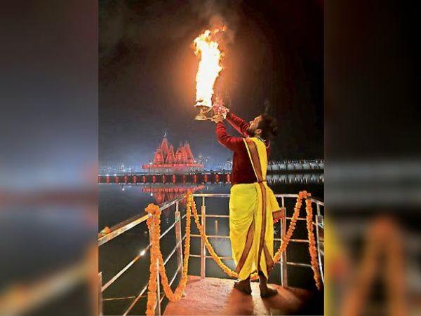 कुरुक्षेत्र | गीता जयंती उत्सव के उपलक्ष्य में ब्रह्मसरोवर पर महाआरती करते पुजारी।