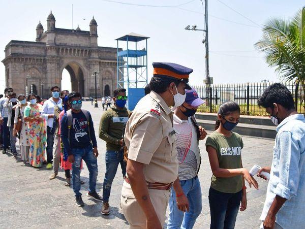 गेट-वे ऑफ इंडिया पर आने वाले सैलानियों की जांच करते BMC के कर्मचारी।