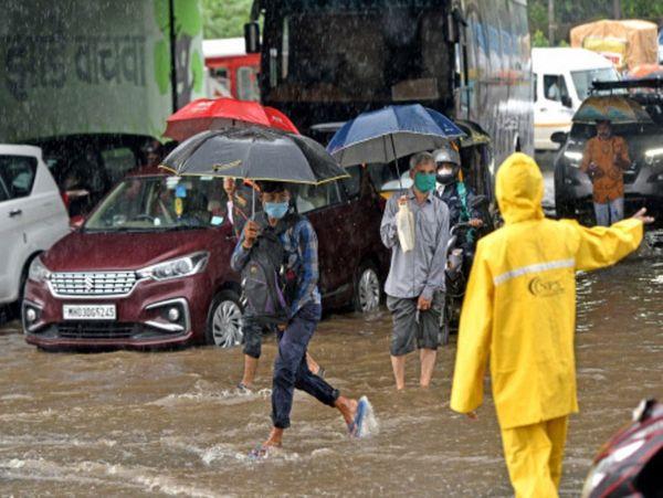 मुंबई के किंग्स सर्कल इलाके में भारी बारिश की वजह से सड़क पर पान भर गया। जलभराव के बीच लोग ऑफिस जाते नजर आए।