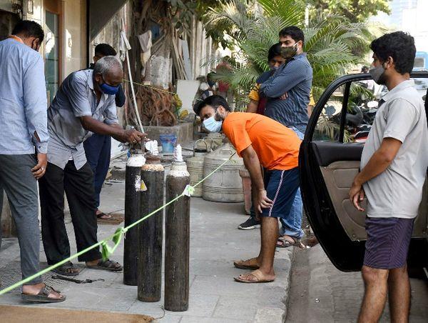 मुंबई के एक कोविड पेशेंट के रिश्तेदार एक प्राइवेट ऑक्सीजन सेंटर पर सिलेंडर लेने पहुंचे।