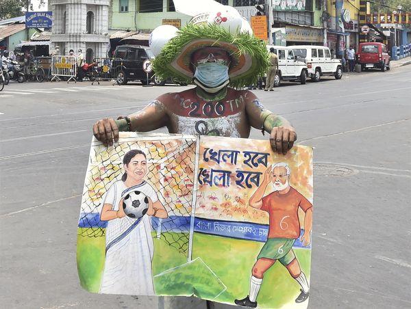 कोलकाता के कालीघाट में ममता बनर्जी के घर के सामने जीत का जश्न मनाता टीएमसी सपोर्टर।