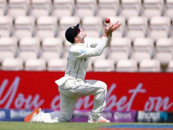 हालांकि, हेनरी निकोल्स ने साउदी के कैच की भरपाई की और उन्होंने पीछे दौड़ते हुए पंत का शानदार कैच लपका। पंत 41 रन बनाकर आउट हुए।