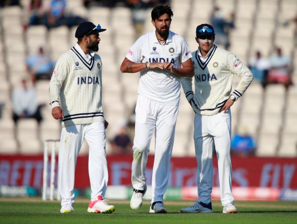 ईशांत शर्मा मैच के दौरान उंगली में चोट लगा बैठे। इसके बाद बुमराह ने उनका ओवर पूरा किया।