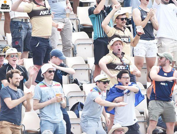 न्यूजीलैंड के फैन्स चैंपियनशिप जीतने के बाद जश्न मनाते हुए।