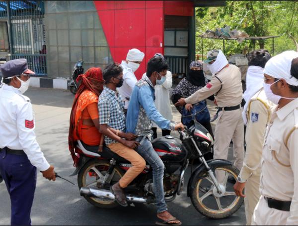 भोपाल में सोमवार सुबह से सड़कों पर भीड़ नजर आ रही है। नियमों का पालन नहीं करने वालों पर पुलिस सख्ती दिखा रही है।