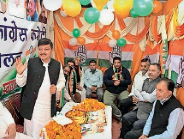 सोलन कांग्रेस कार्यालय का शुभारंभ चुनाव प्रभारी राजेंद्र राणा चर्चा करते हुए।