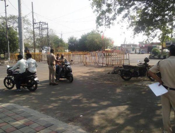 लॉकडाउन के सिर्फ जरूरी सेवाओं को छूट दी गई है। शहरों के प्रमुख चौराहों पर पुलिस आने-जाने वालों से पूछताछ कर रही है। फोटो भोपाल के शाहपुरा इलाके की है।