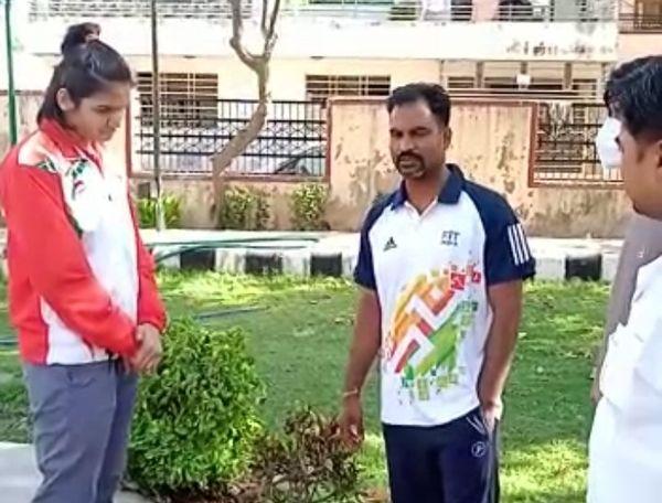 कोच अशोक गौतम को उम्मीद है कि अरुंधति ओलंपिक में गोल्ड जीतेंगी।