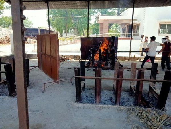 हिन्दू सेवा मंडल के श्मशान में जलती एक चिता। फाइल फोटो