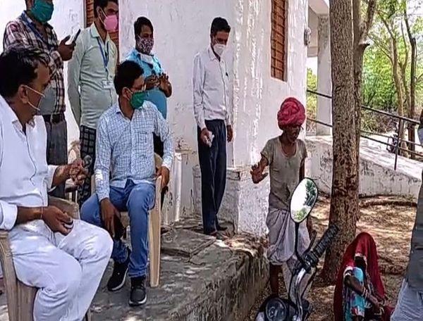 सेली माता भील बस्ती वैक्सीन नहीं लगवाने को लेकर टीम से तकरार करता एक ग्रामीण।