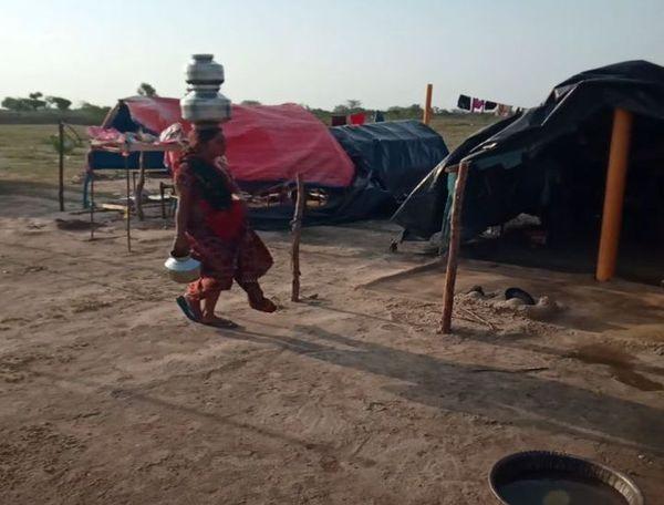 बस्ती की महिलाएं दूर दराज से पानी लाती हैं।
