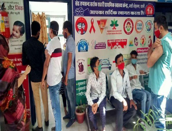 नाडी मोहल्ला प्राथमिक स्वास्थ्य केन्द्र में वैक्सीन लगाने के लिए खड़े लोग।