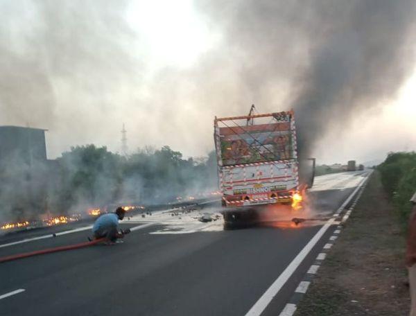 ट्रक-टैंकर टक्कर के बाद जलता ट्रक।