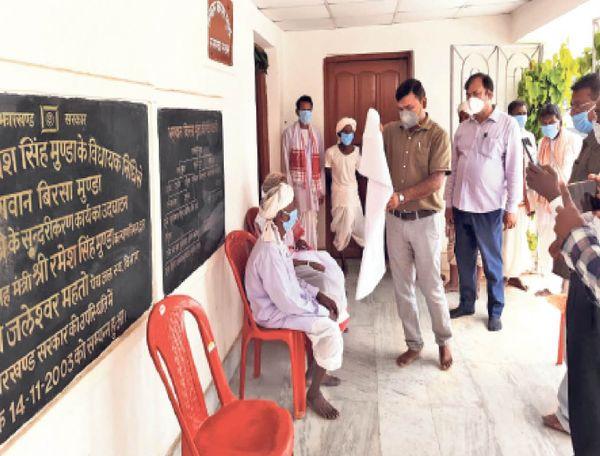 खूंटी के डीसी शशि रंजन के निर्देश पर अड़की प्रखंड के बीडीओ गौतम साहू के साथ पूरा प्रशासनिक अमला बुधवार काे उलिहातू पहुंचा