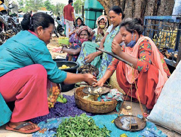 दैनिक भास्कर ने बिरसा के परिवार का दर्द दिखाया था, खूंटी बाजारटांड़ में सब्जी बेचती बिरसा मुंडा की पड़पोती।